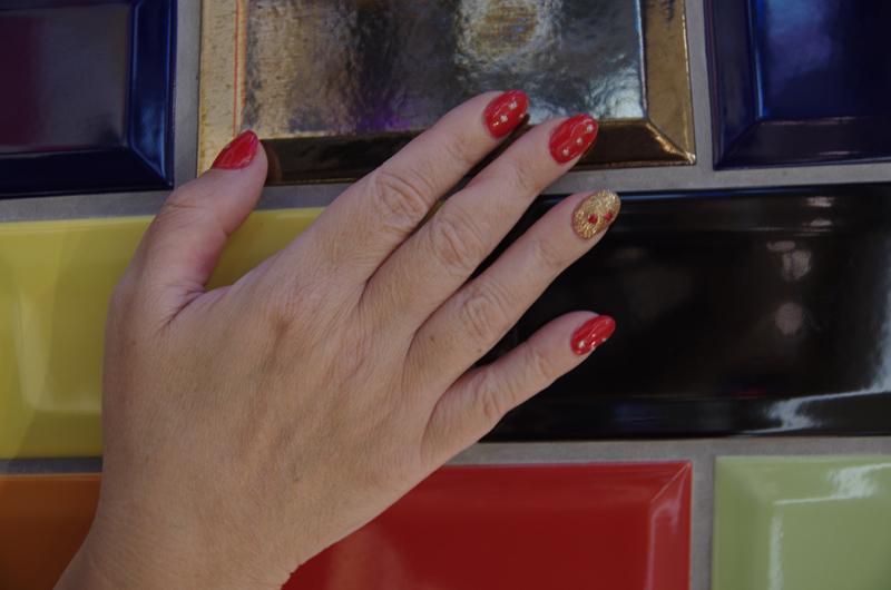 Brailleschrift auf siljas Fingernägeln
