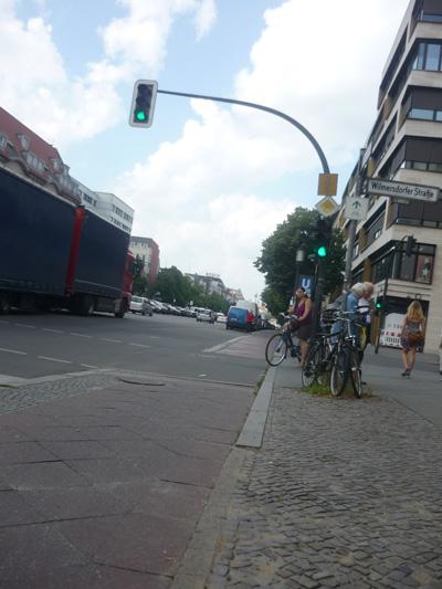 Kreuzung ohne Leitlinien und Blindenampel