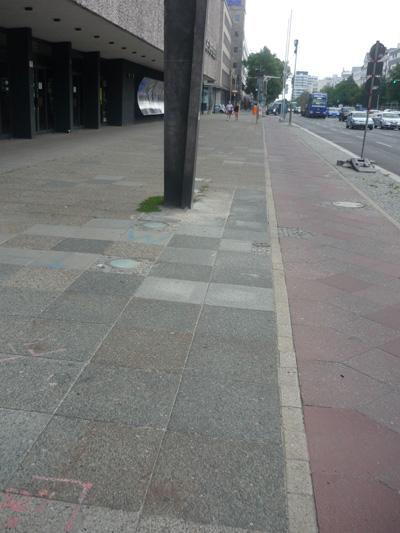 Bürgersteig ohne Markierung am Radweg