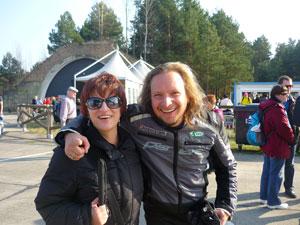 Silja mit dem Fahrer der Aprilla