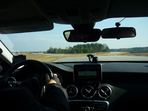 Silja beim Auto fahren