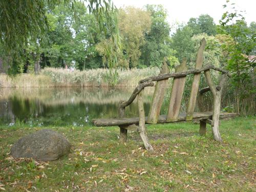 Silja Korn, Gartenbank  am See in Ihlow
