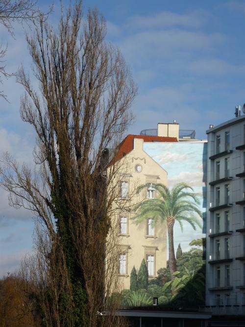 Silja Korn, Palme an Hauswand gemalt