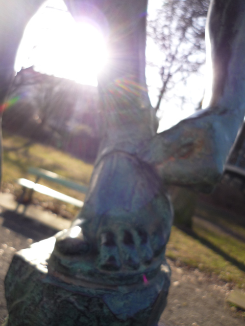 Silja Korn, Bronzestatue - Hand mit Fuß