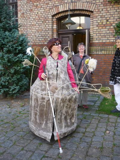 Silja Korn mit Kleid im Mitte Museum