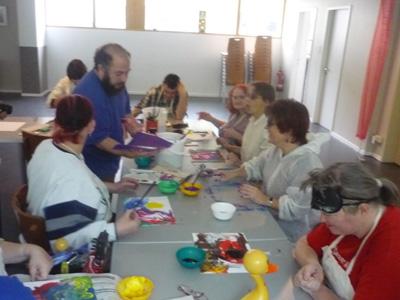 Silja Korn, in der Workshopgruppe beim malen