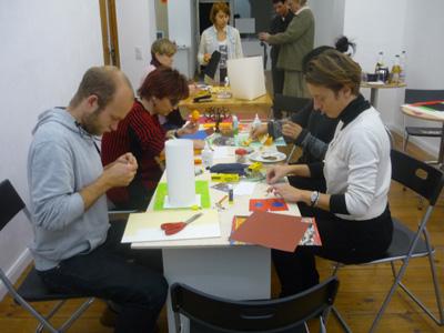 Workshopgruppe beim Basteln, Silja Korn
